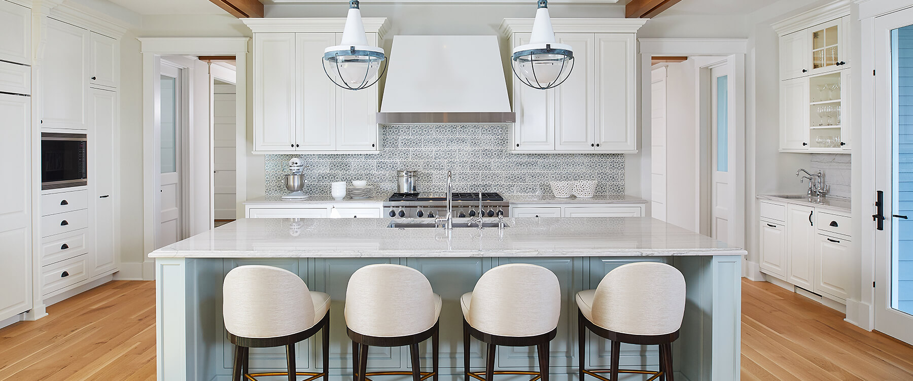 Lakefront cottage kitchen counter